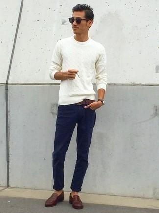 Cómo combinar un jersey de ochos blanco: Empareja un jersey de ochos blanco con un pantalón chino azul marino para un look diario sin parecer demasiado arreglada. Mocasín de cuero en marrón oscuro son una forma sencilla de mejorar tu look.