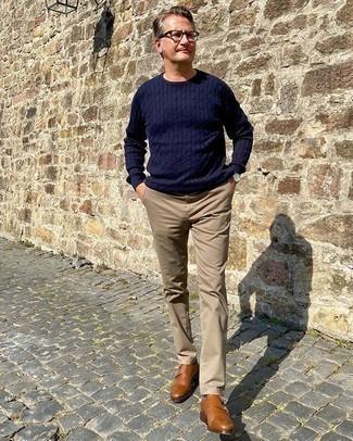 Cómo combinar un pantalón chino marrón claro: Equípate un jersey de ochos azul marino junto a un pantalón chino marrón claro para cualquier sorpresa que haya en el día. Con el calzado, sé más clásico y complementa tu atuendo con zapatos con doble hebilla de cuero en tabaco.