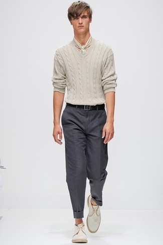 Opta por un jersey de ochos en beige de hombres de Gant y un pantalón de vestir gris oscuro para un perfil clásico y refinado. Botas safari de ante en beige añaden un toque de personalidad al look.
