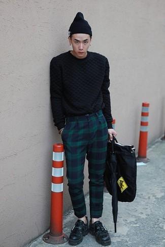 Cómo combinar: jersey de ochos negro, pantalón de vestir de tartán en azul marino y verde, mocasín con borlas de cuero negro, bolsa tote de lona negra