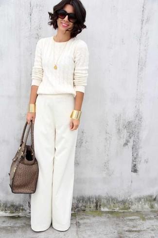 Cómo combinar: jersey de ochos blanco, pantalones anchos blancos, bolsa tote de cuero marrón, gafas de sol en marrón oscuro