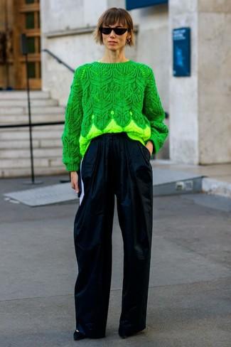 Cómo combinar: jersey de ochos verde, pantalones anchos azul marino, zapatos de tacón de ante negros, gafas de sol negras