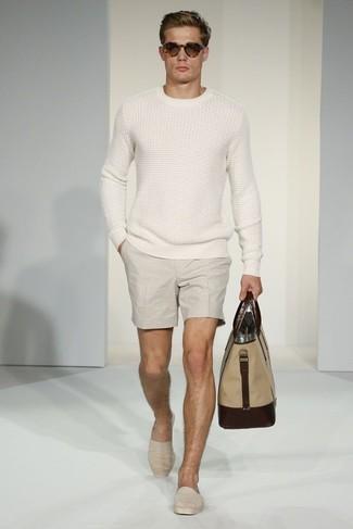 Cómo combinar: jersey de ochos blanco, pantalones cortos en beige, alpargatas de lona en beige, bolsa tote de lona marrón claro