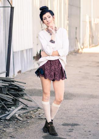 Cómo combinar unos pantalones cortos burdeos para mujeres de 30 años: Elige un jersey de ochos blanco y unos pantalones cortos burdeos para conseguir una apariencia relajada pero chic. Botines de ante en marrón oscuro son una opción estupenda para completar este atuendo.