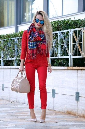 Cómo combinar: jersey de ochos rojo, pantalones pitillo rojos, zapatos de tacón de cuero en beige, bolsa tote de cuero en beige