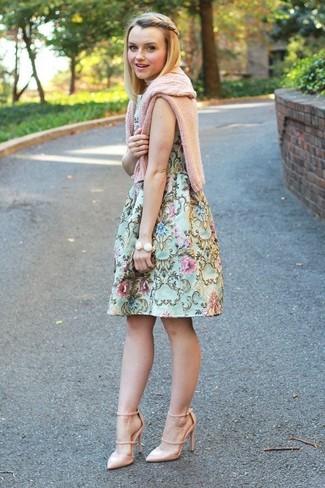 Cómo combinar: jersey de ochos rosado, vestido de vuelo con print de flores en verde menta, zapatos de tacón de cuero en beige, pulsera blanca