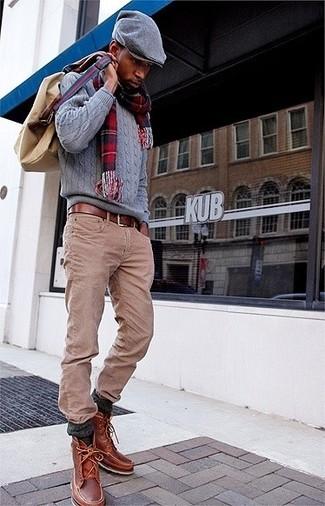 Cómo combinar: jersey de ochos gris, vaqueros marrón claro, botas casual de cuero marrónes, mochila de lona marrón claro