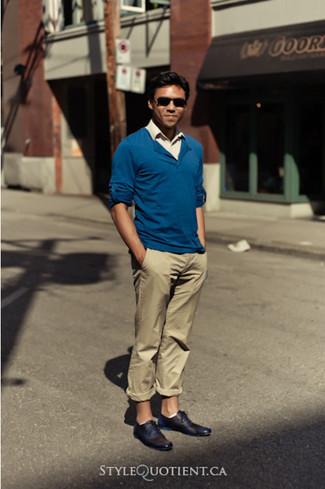 Usa un jersey de pico azul y un pantalón chino marrón claro para un look diario sin parecer demasiado arreglada. ¿Te sientes ingenioso? Dale el toque final a tu atuendo con zapatos oxford de cuero negros.