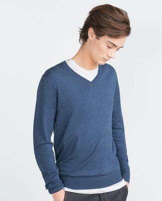 Para un atuendo que esté lleno de caracter y personalidad haz de un jersey de pico azul marino de hombres de Gant y unos vaqueros azul marino tu atuendo.