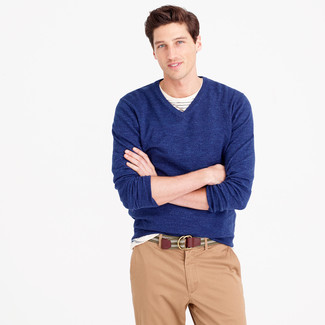 Elige un jersey de pico azul marino de hombres de Merc of London y un pantalón chino marrón claro para un look diario sin parecer demasiado arreglada.