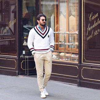Cómo combinar: jersey de pico en zig zag blanco, camisa de manga larga de cambray azul, pantalón chino en beige, tenis blancos