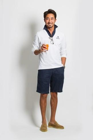 Emparejar un jersey de pico blanco y unos pantalones cortos azul marino de Maison Margiela es una opción cómoda para hacer diligencias en la ciudad. Opta por un par de mocasín de ante marrón claro para mostrar tu inteligencia sartorial.