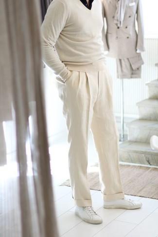 Cómo combinar una camisa de manga corta negra: Elige una camisa de manga corta negra y un pantalón de vestir de lino blanco para rebosar clase y sofisticación. Si no quieres vestir totalmente formal, complementa tu atuendo con tenis de cuero blancos.