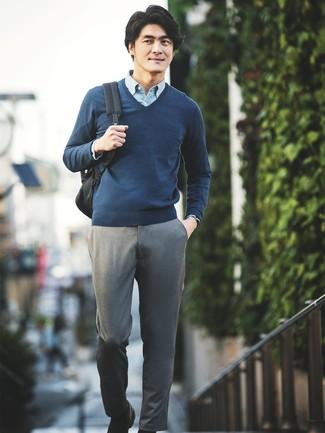 Ponte un jersey de pico azul marino de Gant y un pantalón chino gris para un almuerzo en domingo con amigos. Opta por un par de mocasín de cuero negro para mostrar tu inteligencia sartorial.