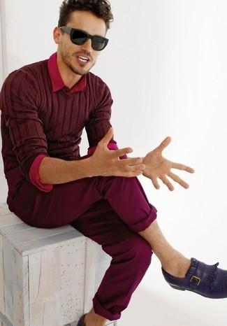 Cómo combinar un mocasín de cuero morado oscuro: Empareja un jersey de pico burdeos con un pantalón chino burdeos para una apariencia fácil de vestir para todos los días. ¿Te sientes valiente? Haz mocasín de cuero morado oscuro tu calzado.