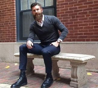 Cómo combinar unas botas casual de cuero negras: Emparejar un jersey de pico azul marino y un pantalón chino azul marino es una opción cómoda para hacer diligencias en la ciudad. Con el calzado, sé más clásico y haz botas casual de cuero negras tu calzado.