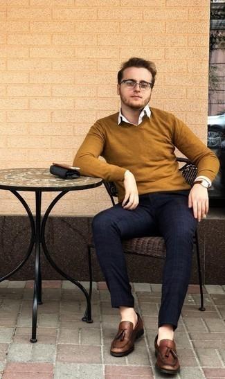 Cómo combinar un mocasín con borlas de cuero marrón: Intenta combinar un jersey de pico en tabaco junto a un pantalón chino de tartán azul marino para cualquier sorpresa que haya en el día. ¿Te sientes valiente? Complementa tu atuendo con mocasín con borlas de cuero marrón.