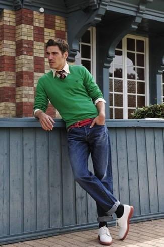 Cómo combinar: jersey de pico verde, camisa de manga larga en beige, vaqueros azules, zapatos derby de ante blancos