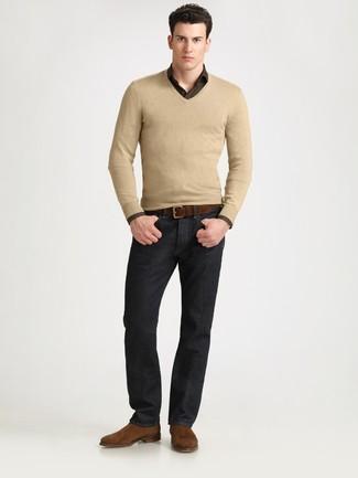 Para un atuendo que esté lleno de caracter y personalidad haz de un jersey de pico marrón claro y unos vaqueros negros tu atuendo. Botines chelsea de ante marrónes añaden la elegancia necesaria ya que, de otra forma, es un look simple.