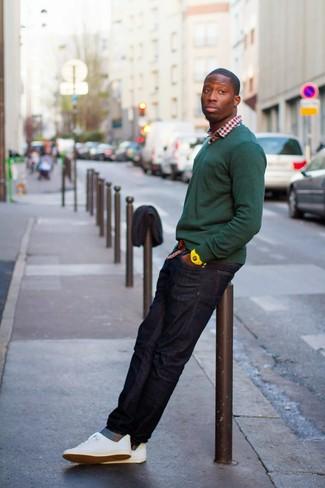 Considera emparejar un jersey de pico verde oscuro de hombres de Merc of London junto a unos vaqueros azul marino para lidiar sin esfuerzo con lo que sea que te traiga el día. Complementa tu atuendo con tenis blancos.
