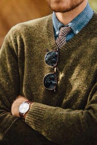 Cómo combinar: jersey de pico verde oliva, camisa de vestir de cambray azul, corbata de lana de pata de gallo marrón, gafas de sol en marrón oscuro