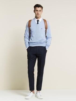 Cómo combinar una corbata azul marino: Opta por un jersey de pico celeste y una corbata azul marino para rebosar clase y sofisticación. Tenis de cuero blancos añadirán un nuevo toque a un estilo que de lo contrario es clásico.