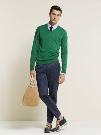 Cómo combinar una corbata azul marino: Empareja un jersey de pico verde junto a una corbata azul marino para una apariencia clásica y elegante. Si no quieres vestir totalmente formal, opta por un par de deportivas azul marino.