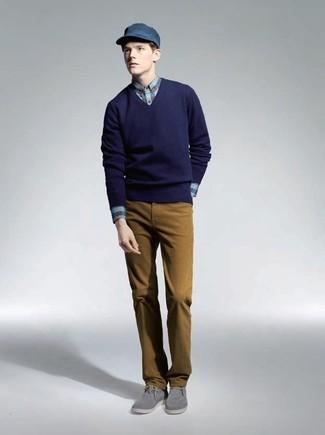 Cómo combinar: jersey de pico azul marino, camisa de vestir de tartán azul, pantalón chino mostaza, botas safari de ante grises