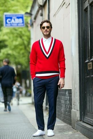 Cómo combinar: jersey de pico rojo, camisa de vestir blanca, pantalón de vestir azul marino, zapatillas plimsoll blancas