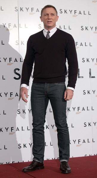 Look de Daniel Craig: Jersey de Pico Negro, Camisa de Vestir Blanca, Vaqueros en Gris Oscuro, Botas Brogue de Cuero Burdeos