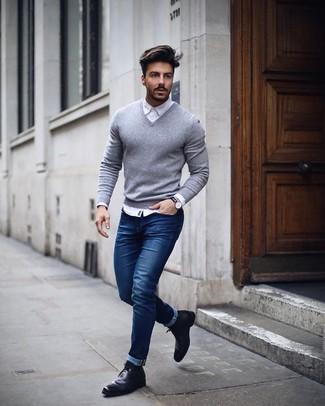 Emparejar un jersey de pico gris de Gant y unos vaqueros pitillo azules es una opción cómoda para hacer diligencias en la ciudad. Activa tu modo fiera sartorial y haz de botines chelsea de cuero negros tu calzado.