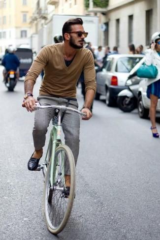 Un jersey de pico marrón claro y un pantalón de vestir de tartán gris son un look perfecto para ir a la moda y a la vez clásica. Para el calzado ve por el camino informal con mocasín de cuero negro.