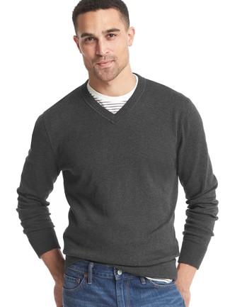 Emparejar un jersey de pico en gris oscuro de Gant y unos vaqueros azules es una opción cómoda para hacer diligencias en la ciudad.