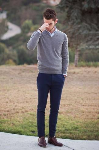 La versatilidad de un jersey de pico gris y unos pantalones los hace prendas en las que vale la pena invertir. Agrega zapatos oxford de cuero marrónes a tu apariencia para un mejor estilo al instante.