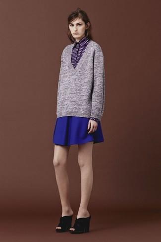 Un jersey de pico gris y una falda skater azul son una gran fórmula de vestimenta para tener en tu clóset. Agrega sandalias de tacón de ante negras a tu apariencia para un mejor estilo al instante.