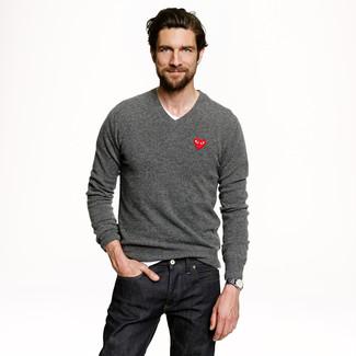 Elige un jersey de pico gris y unos vaqueros negros para lidiar sin esfuerzo con lo que sea que te traiga el día.