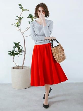Cómo combinar: jersey de pico gris, falda campana roja, bailarinas de cuero negras, bolsa tote de paja marrón claro