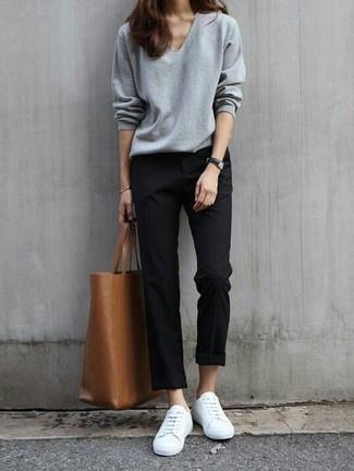 Un jersey de pico gris y un pantalón chino negro son una opción grandiosa para el fin de semana. Complementa tu atuendo con tenis blancos.
