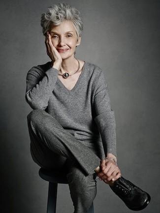 Cómo combinar unos zapatos oxford de cuero negros: Ponte un jersey de pico gris y un pantalón de vestir de lana en gris oscuro para lidiar sin esfuerzo con lo que sea que te traiga el día. Con el calzado, sé más clásico y opta por un par de zapatos oxford de cuero negros.