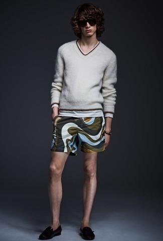 Cómo combinar: jersey de pico gris, pantalones cortos estampados verde oliva, mocasín de cuero negro
