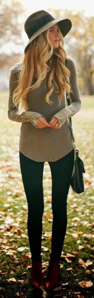 Un jersey de pico verde oliva y unos leggings negros son una gran fórmula de vestimenta para tener en tu clóset. Botines de cuero burdeos añaden la elegancia necesaria ya que, de otra forma, es un look simple.