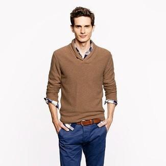 Cómo combinar: jersey de pico marrón, camisa de manga larga de tartán en blanco y azul marino, pantalón chino azul marino, correa de cuero marrón
