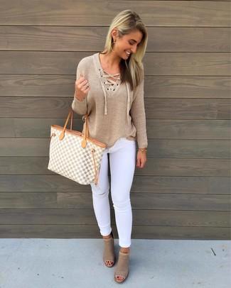 Cómo combinar: jersey de pico marrón claro, vaqueros pitillo desgastados blancos, botines de cuero con recorte en beige, bolsa tote de lona con estampado geométrico gris