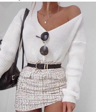 Cómo combinar: jersey de pico blanco, minifalda de tweed en beige, mochila de cuero negra, correa de cuero negra