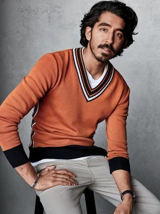 Cómo combinar: jersey de pico naranja, camiseta con cuello circular blanca, vaqueros grises