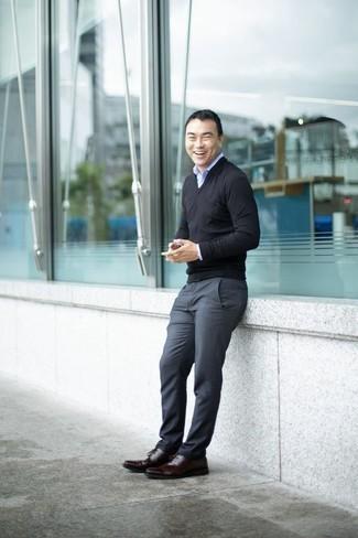 Cómo combinar un jersey de pico: Considera ponerse un jersey de pico y un pantalón de vestir en gris oscuro para un perfil clásico y refinado. Zapatos derby de cuero burdeos son una opción perfecta para completar este atuendo.