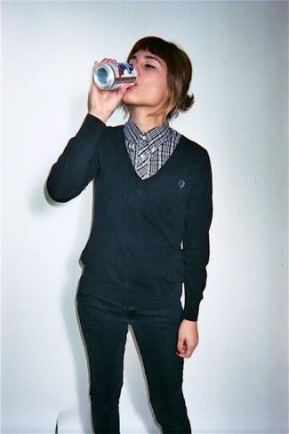 Cómo combinar: jersey de pico negro, camisa de vestir de tartán en negro y blanco, vaqueros pitillo negros