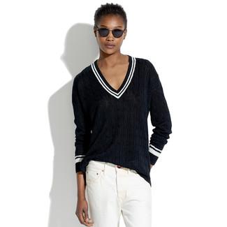 Cómo combinar: jersey de pico negro, vaqueros boyfriend blancos, gafas de sol negras