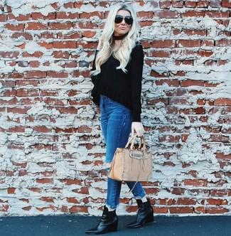 Cómo combinar: jersey de pico negro, vaqueros pitillo desgastados azules, botines con cuña de cuero negros, bolsa tote de cuero en beige