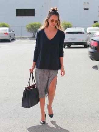 Look de Jessica Alba: Jersey de Pico Negro, Vestido Casual Gris, Zapatos de Tacón de Cuero Negros, Bolsa Tote de Cuero Negra